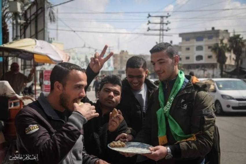 """Palestinos celebran el atentado terrorista repartiendo caramelos: """"Saludamos a los héroes que lo hicieron"""""""
