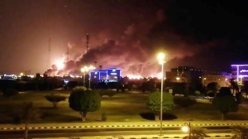 Los rebeldes hutíes pro-iraníes atacan refinerías en Arabia Saudita