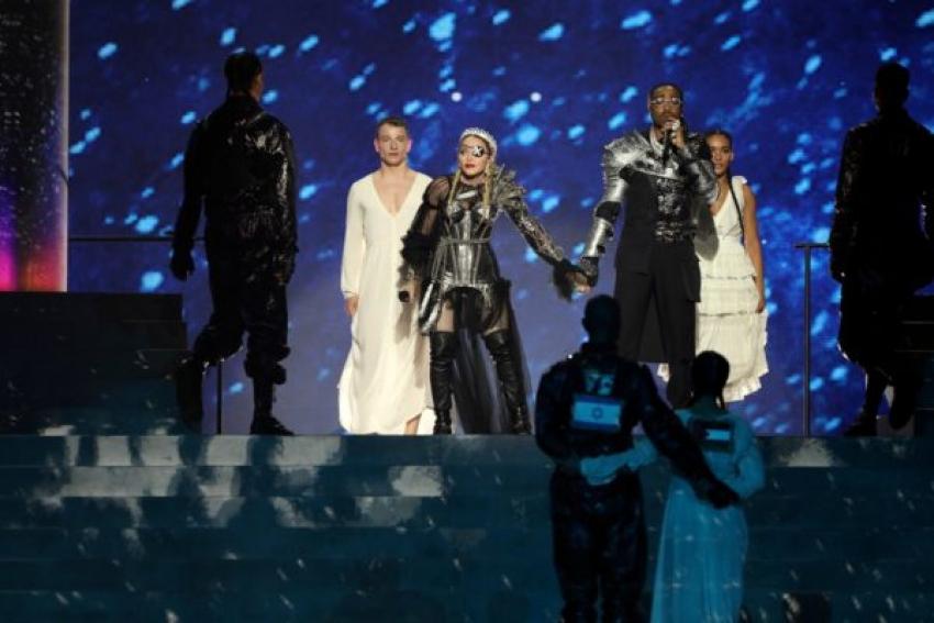 Madonna politiza Eurovisión con dos bailarines luciendo las banderas israelí y palestina